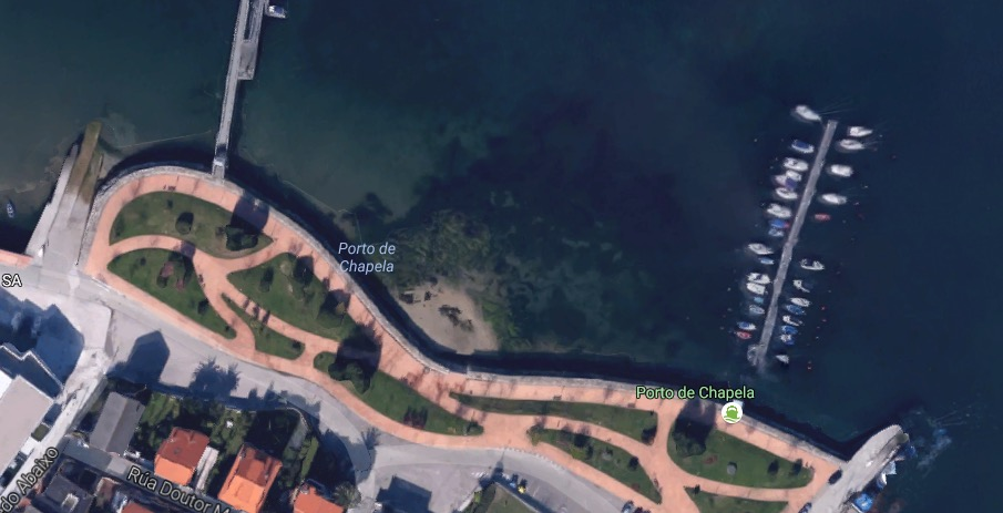La otra zona se sitúa en el paseo de Cardona, en Chapela. Se trata de una pequeña cala ubicada entre dos puertos deportivos, a unos cien metros de la playa de Arealonga. el problema de este espacio es que solo dispone de arena con marea baja, puesto que con alta queda completamente cubierta de agua.